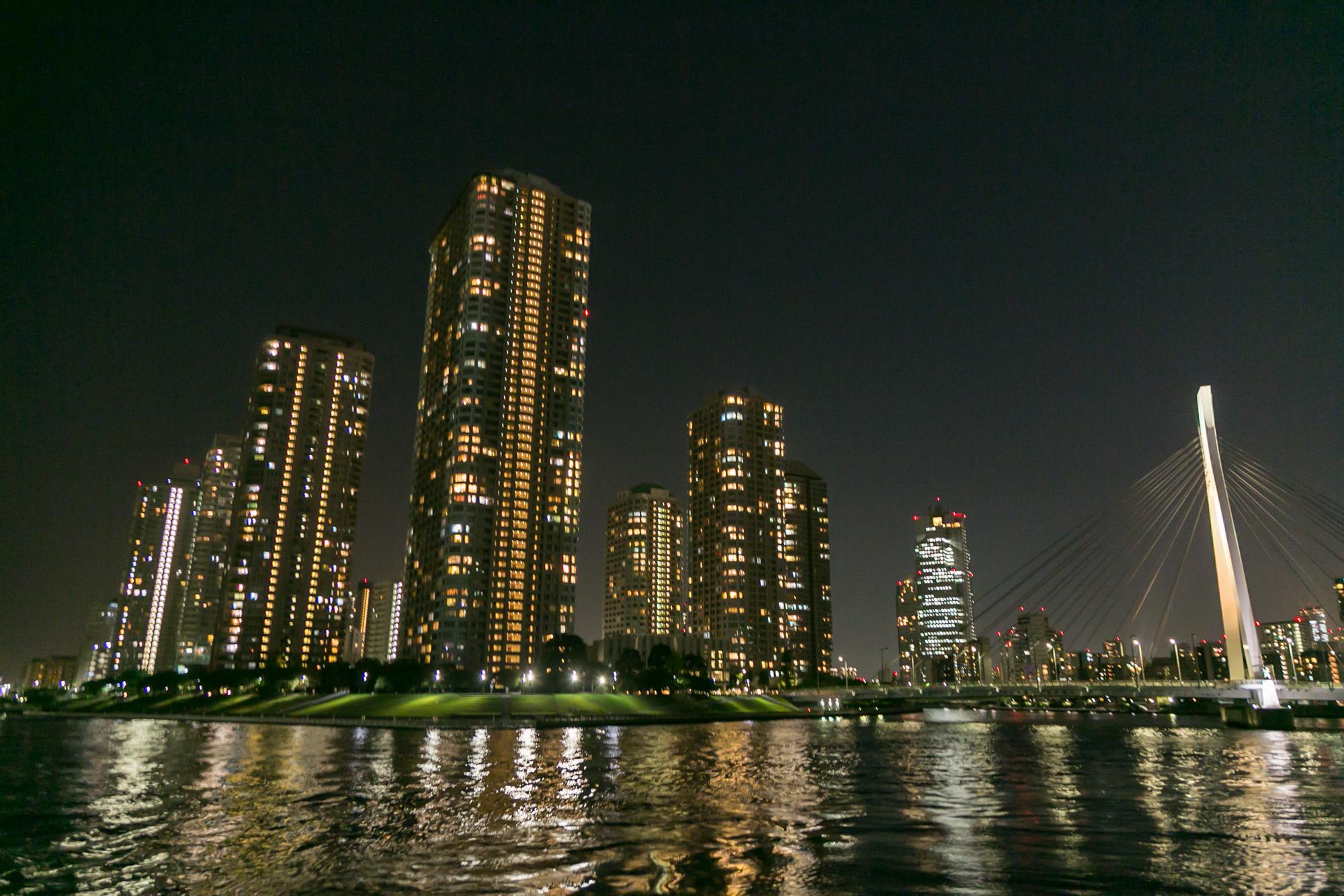 河川上から眺める夜の高層ビル群
