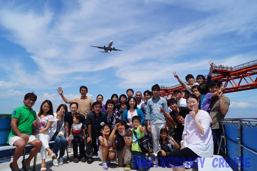 間近で見える飛行機と集合写真を撮影