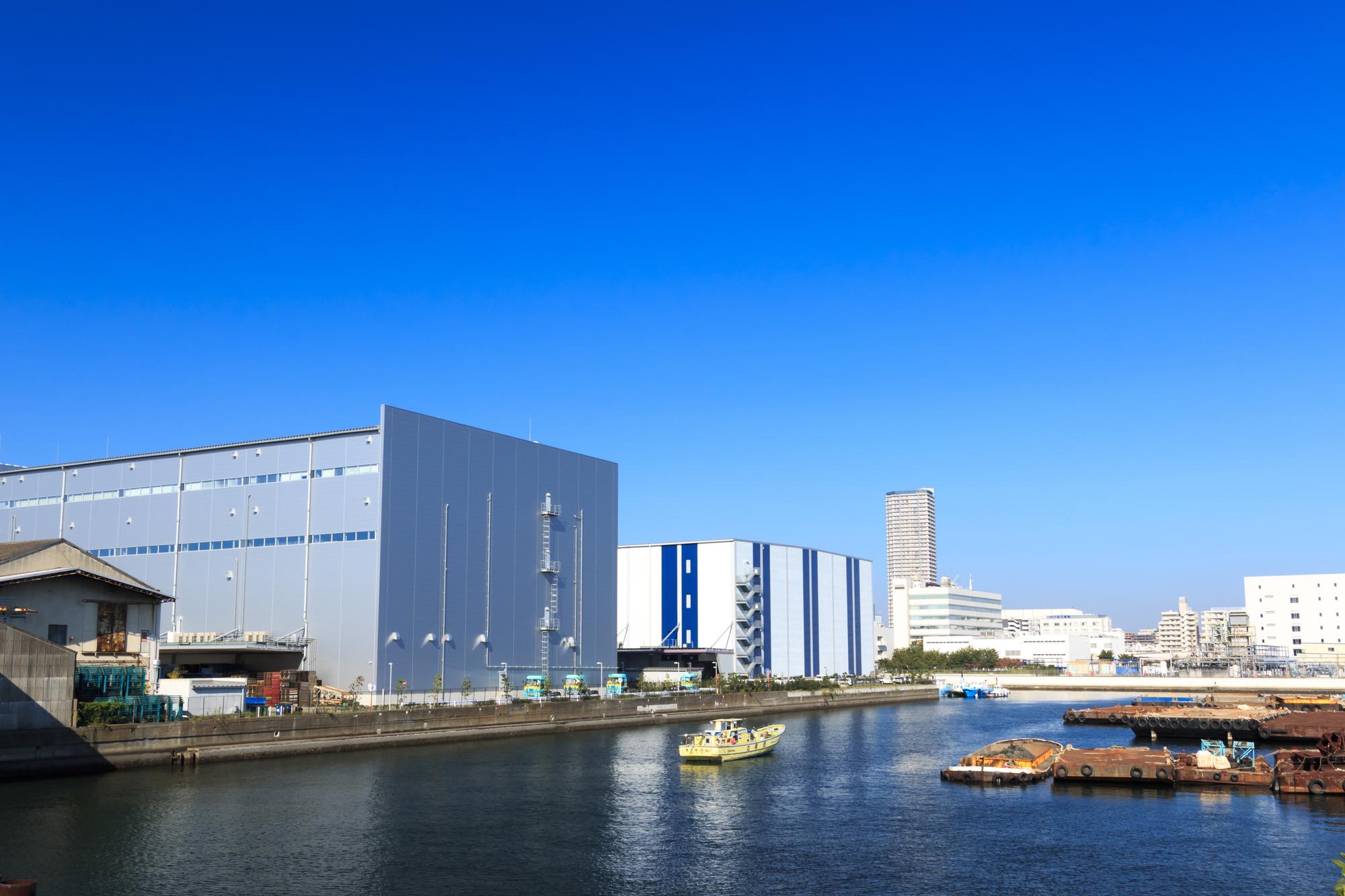 港の倉庫街の景色