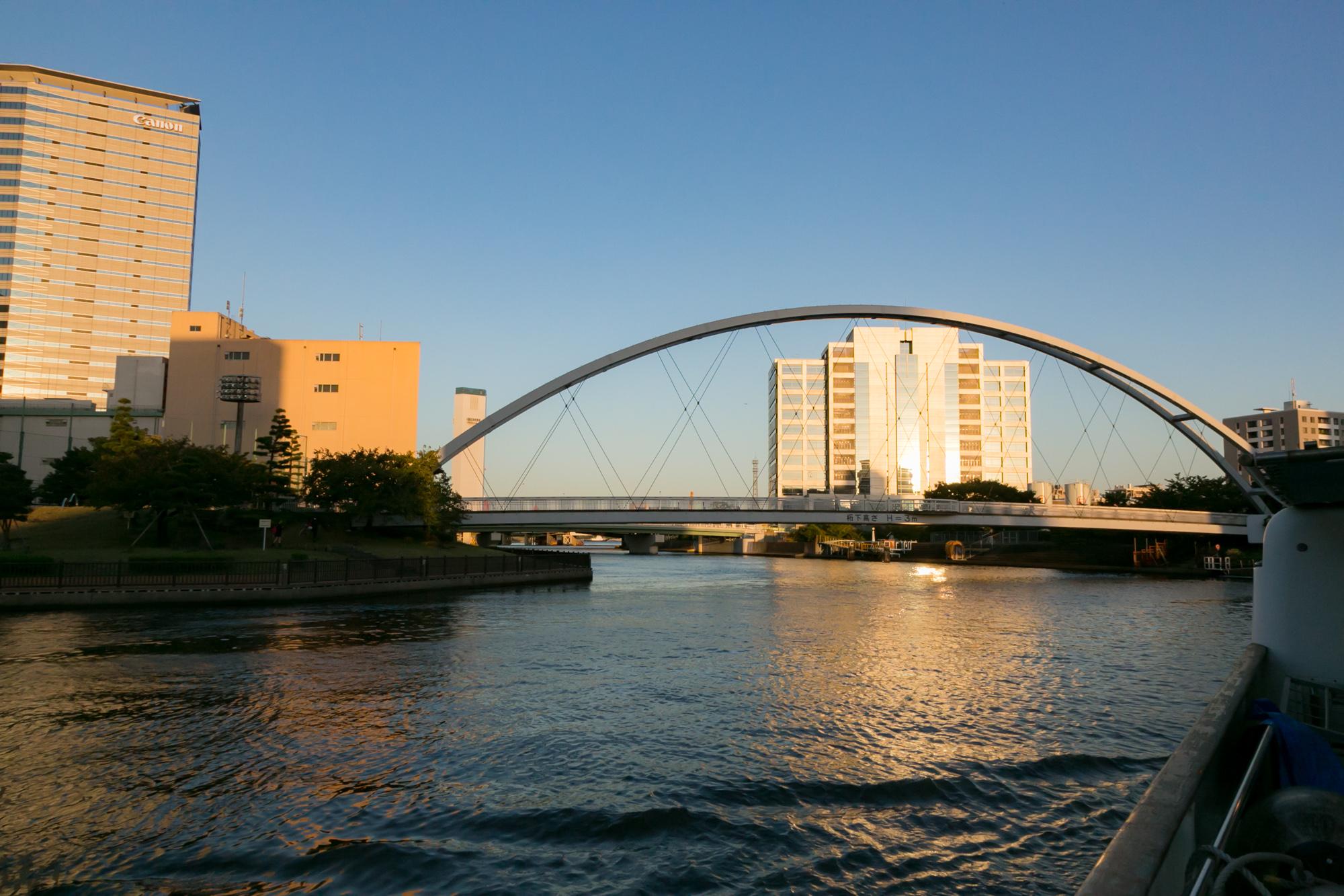 河川上から眺める橋と町並み