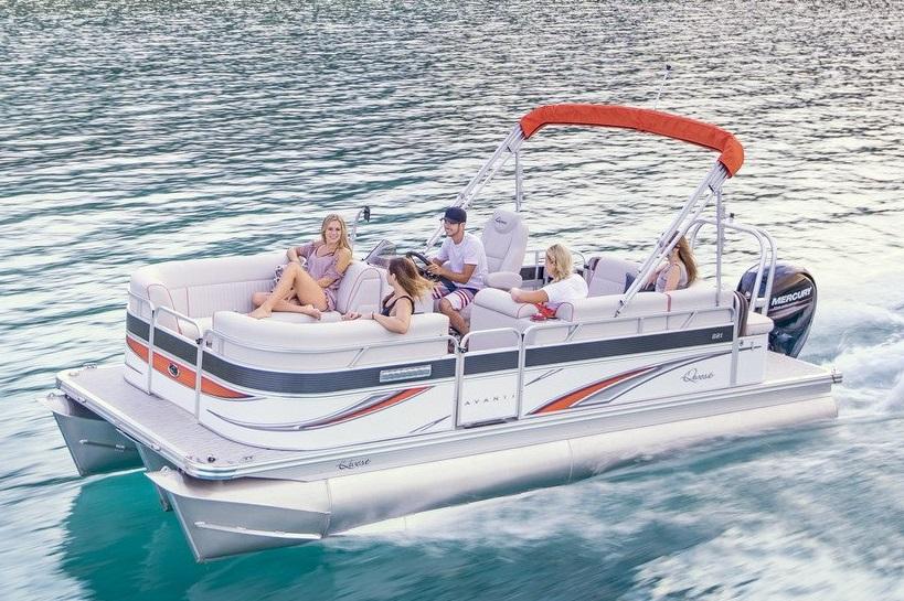 海の上を疾走するポンツーンボートのクエスト号