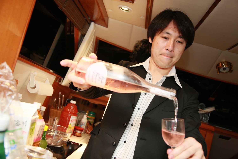 シャンパンを注ぐバーテンダー