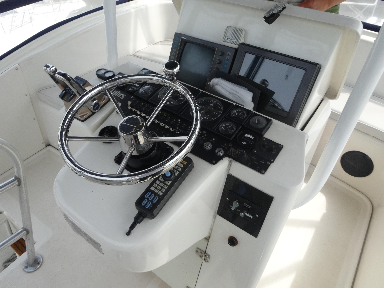 クルーザーの操縦席