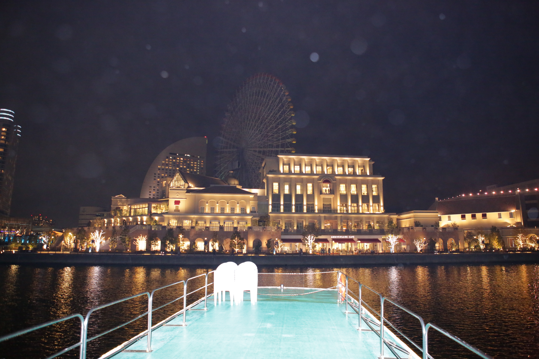 横浜の夜景とクルーザーのデッキ