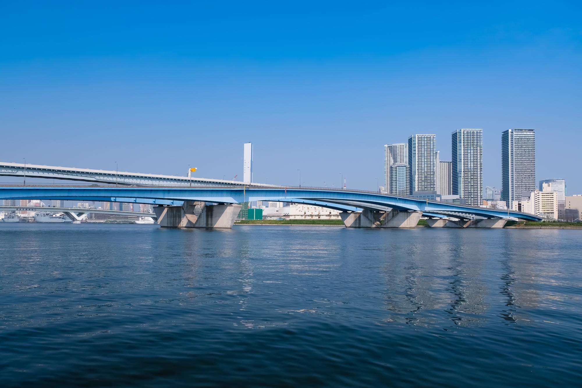 雲ひとつない青空が広がる東京湾