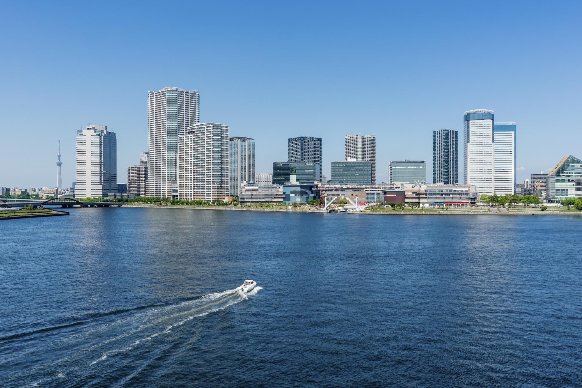 東京湾から見る豊洲エリアとスカイツリー