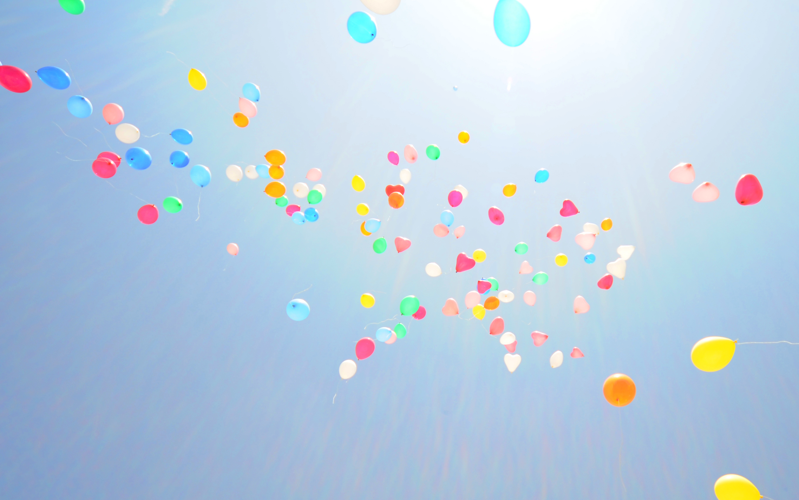色とりどりの風船が空へ飛んでいく様子