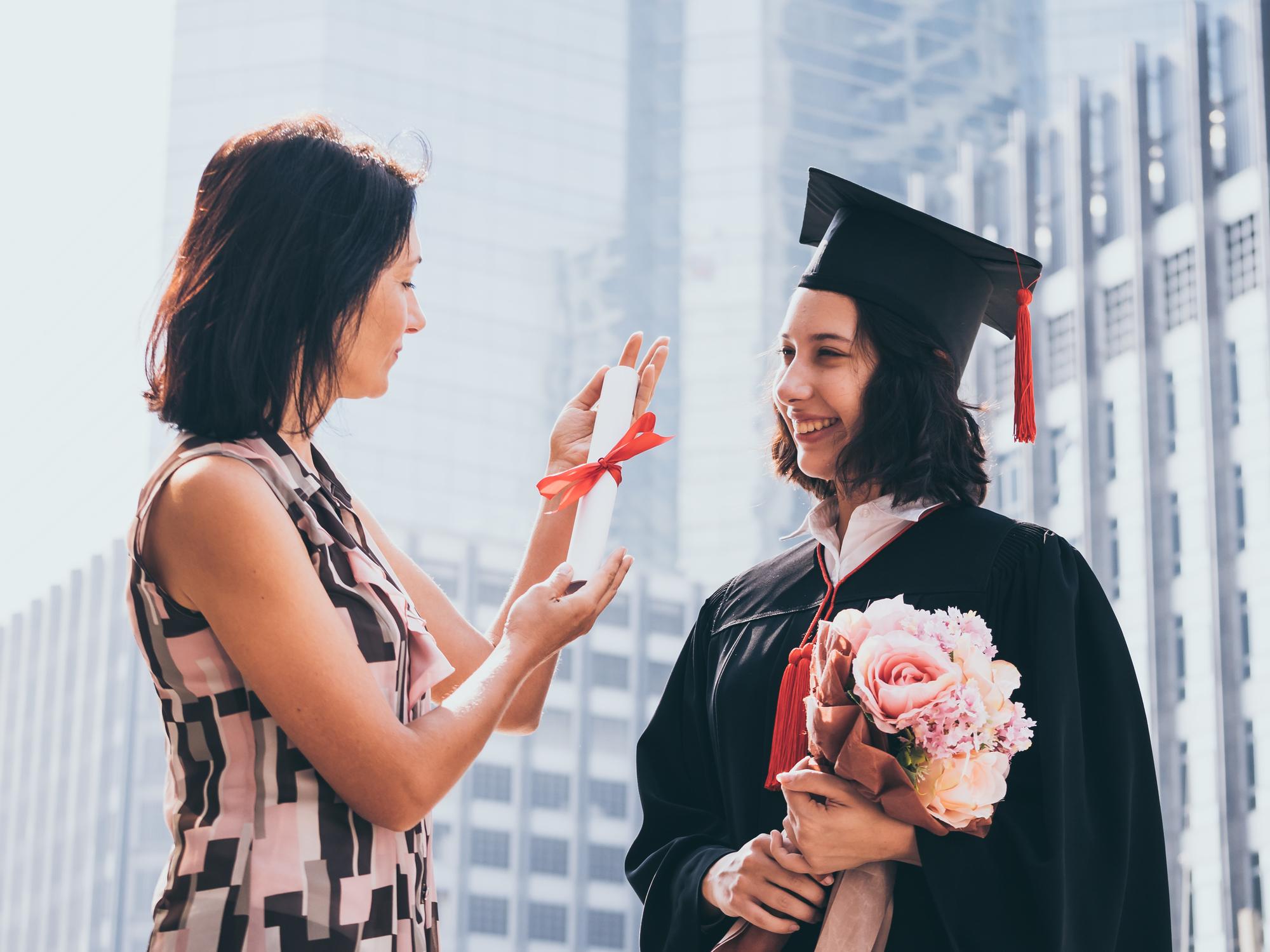 卒業を迎えた母子