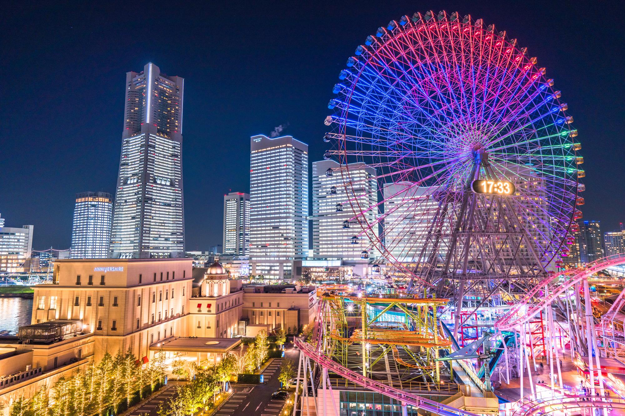 横浜みなとみらいの美しくライトアップされた夜景