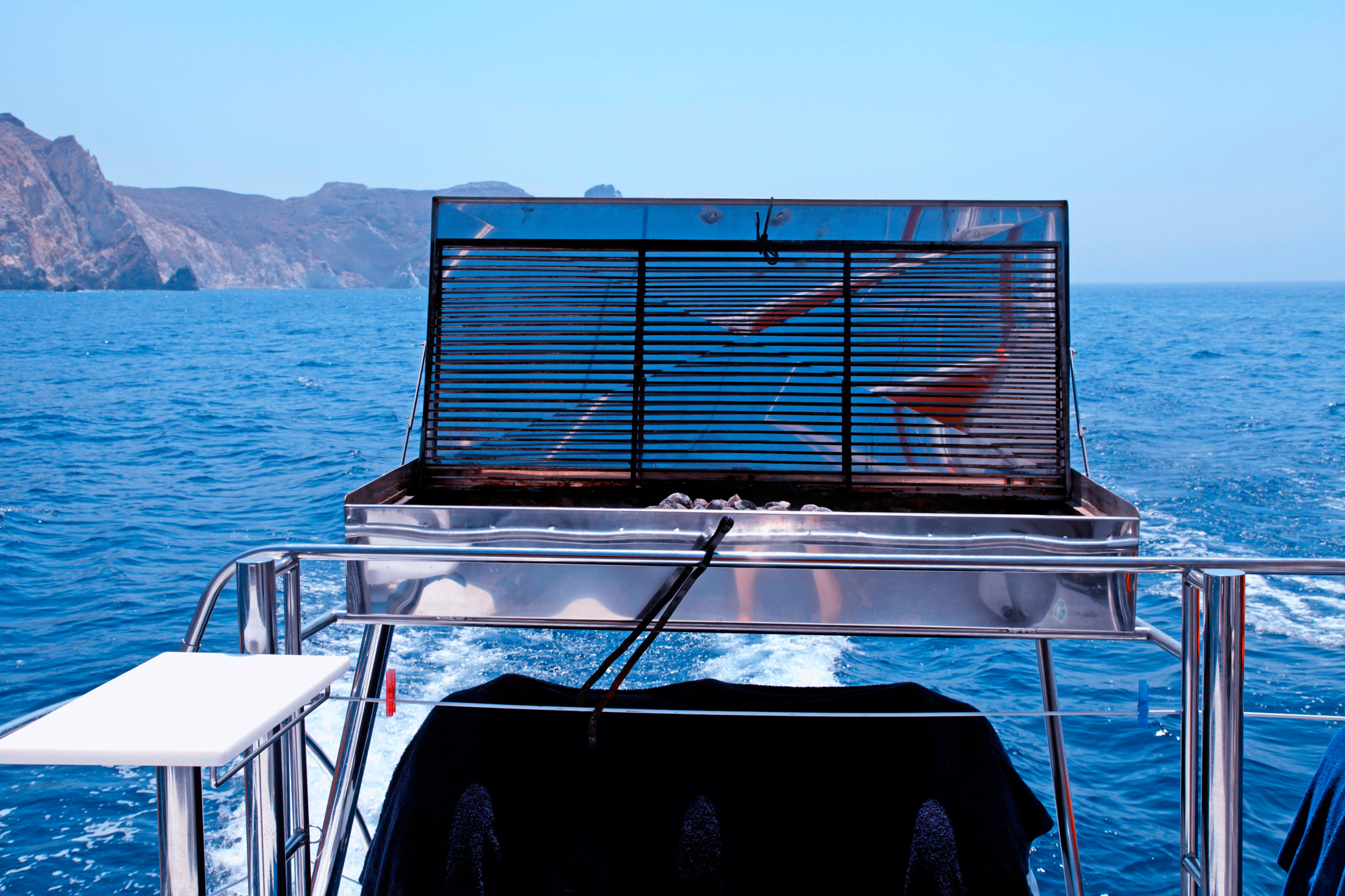 船のデッキに置いてあるバーベキュー設備