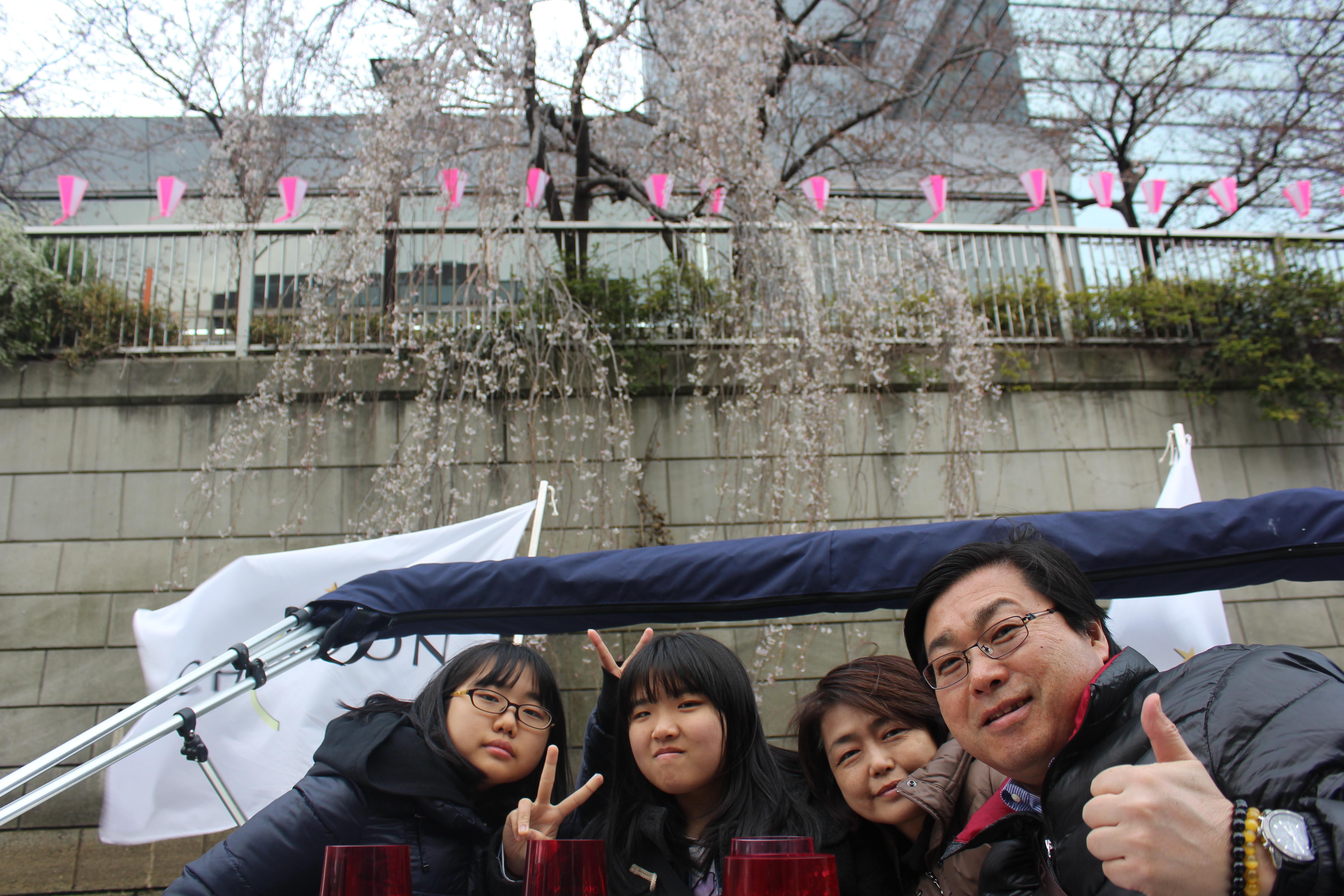 桜を背景に家族で記念撮影