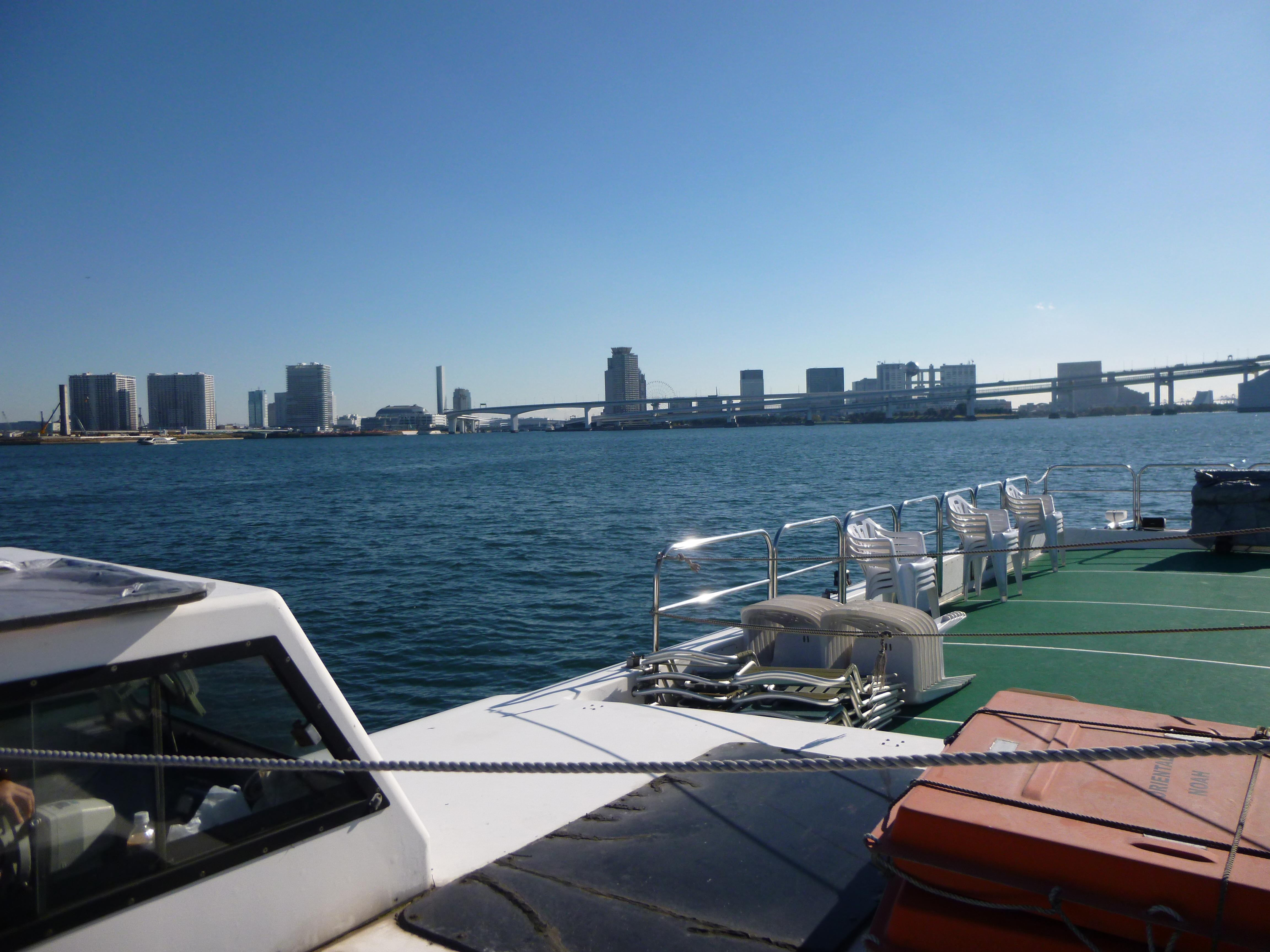 船から見える青空と街並み