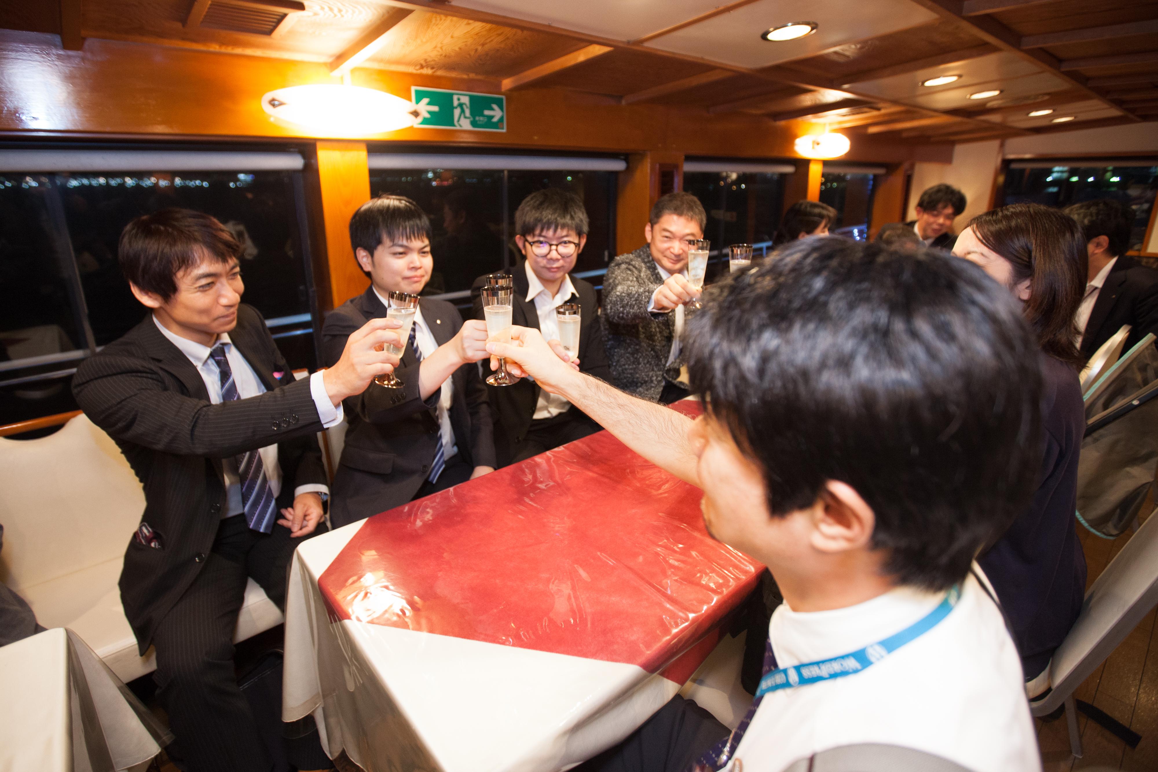 船内で乾杯するシーン