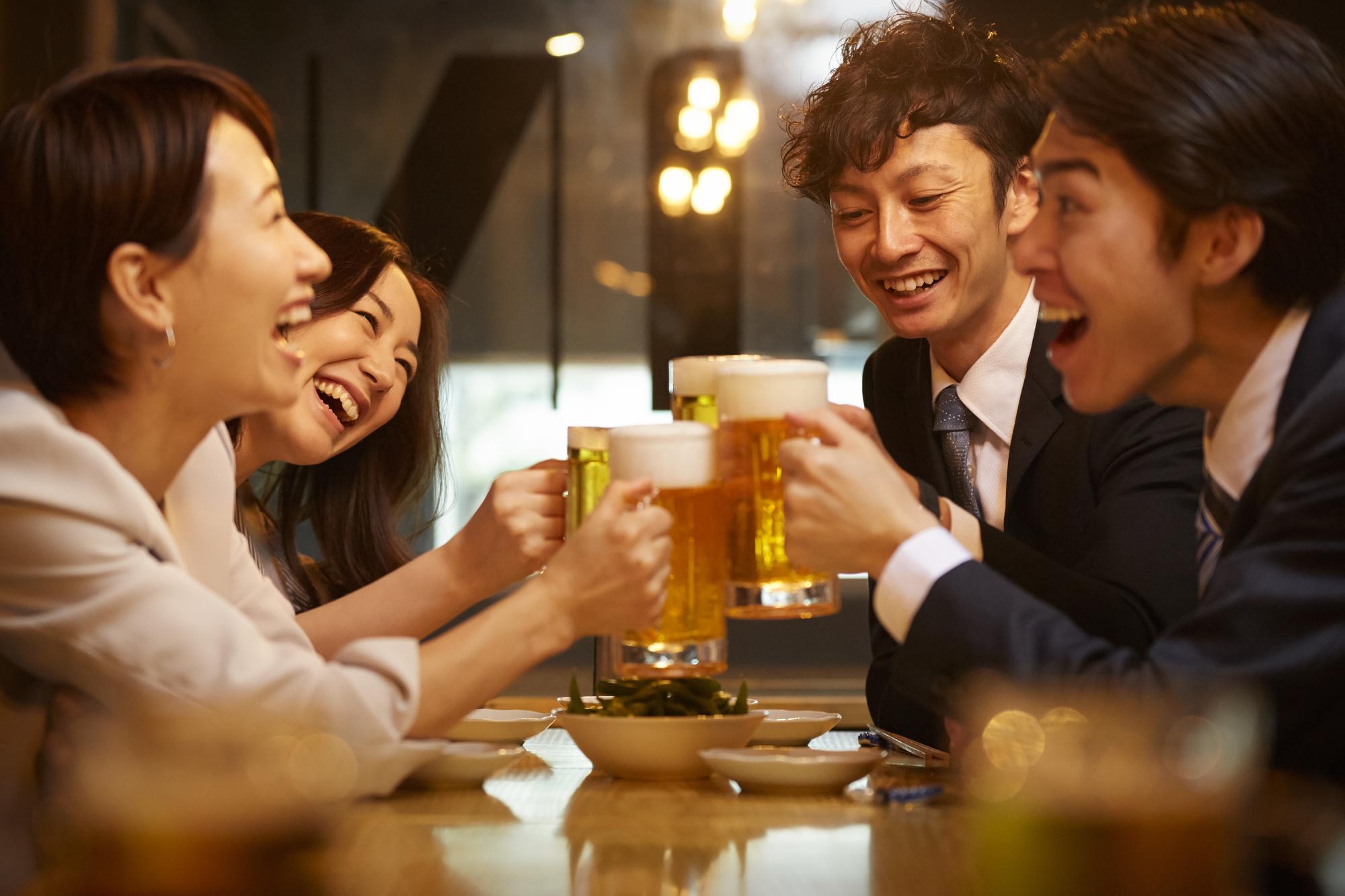 ビールを片手に談笑する人たち
