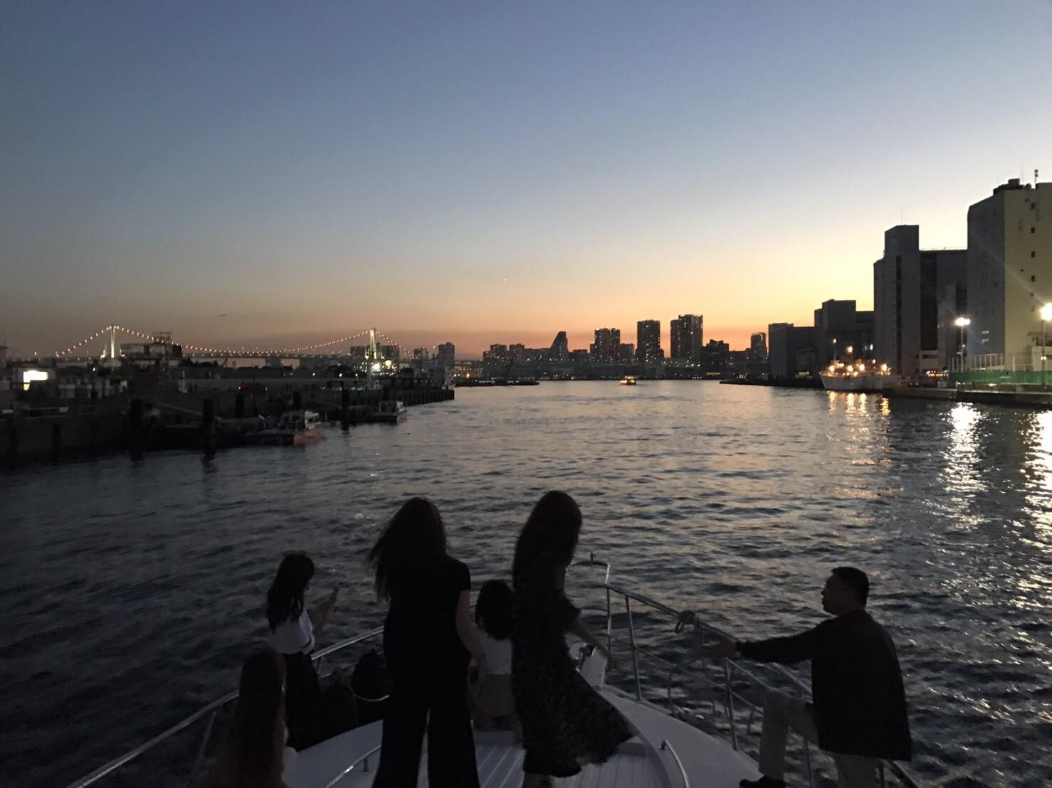 船のデッキから景色を眺める