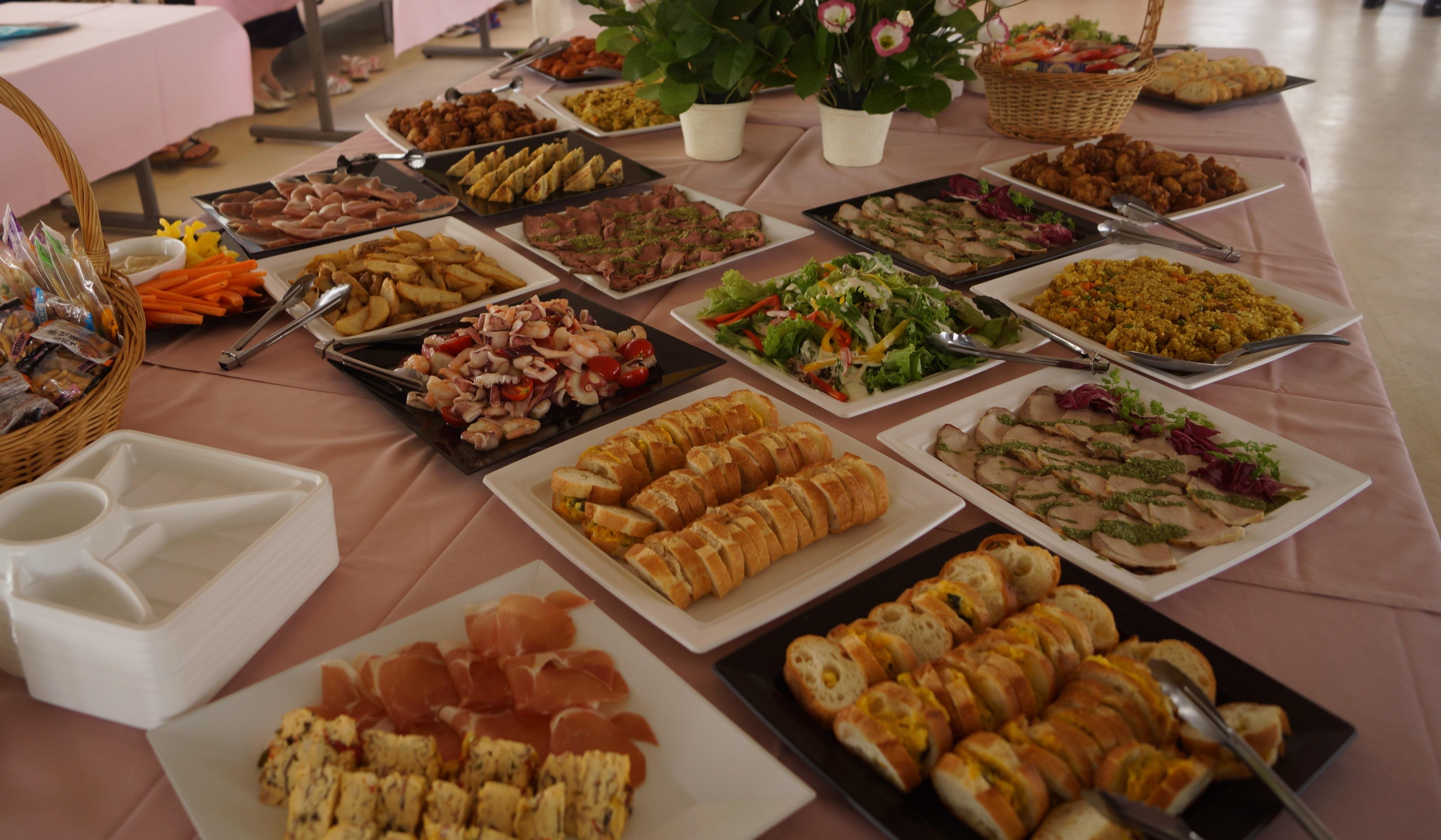 テーブルいっぱいに並ぶビュッフェ