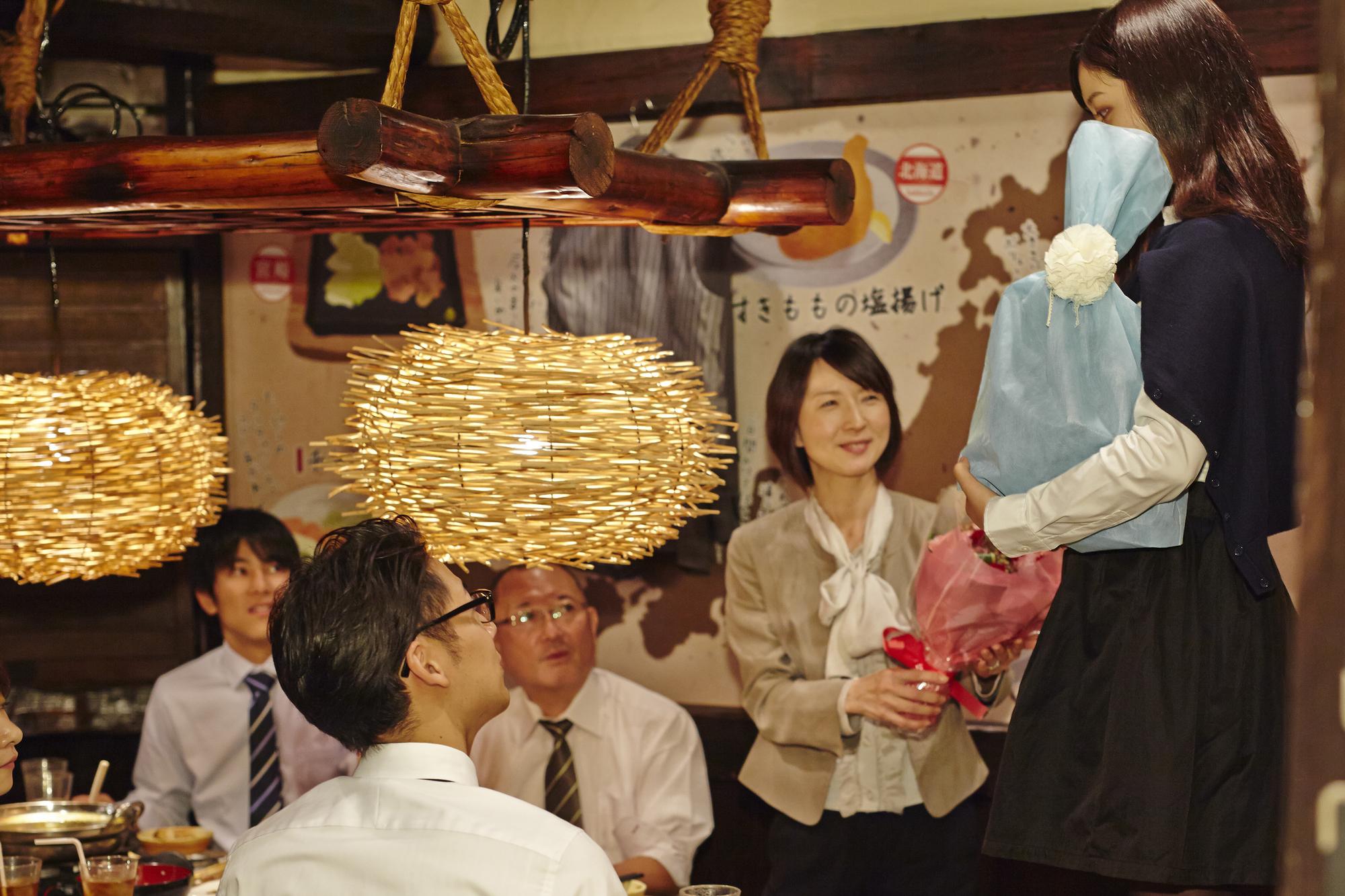 花束を渡す女性