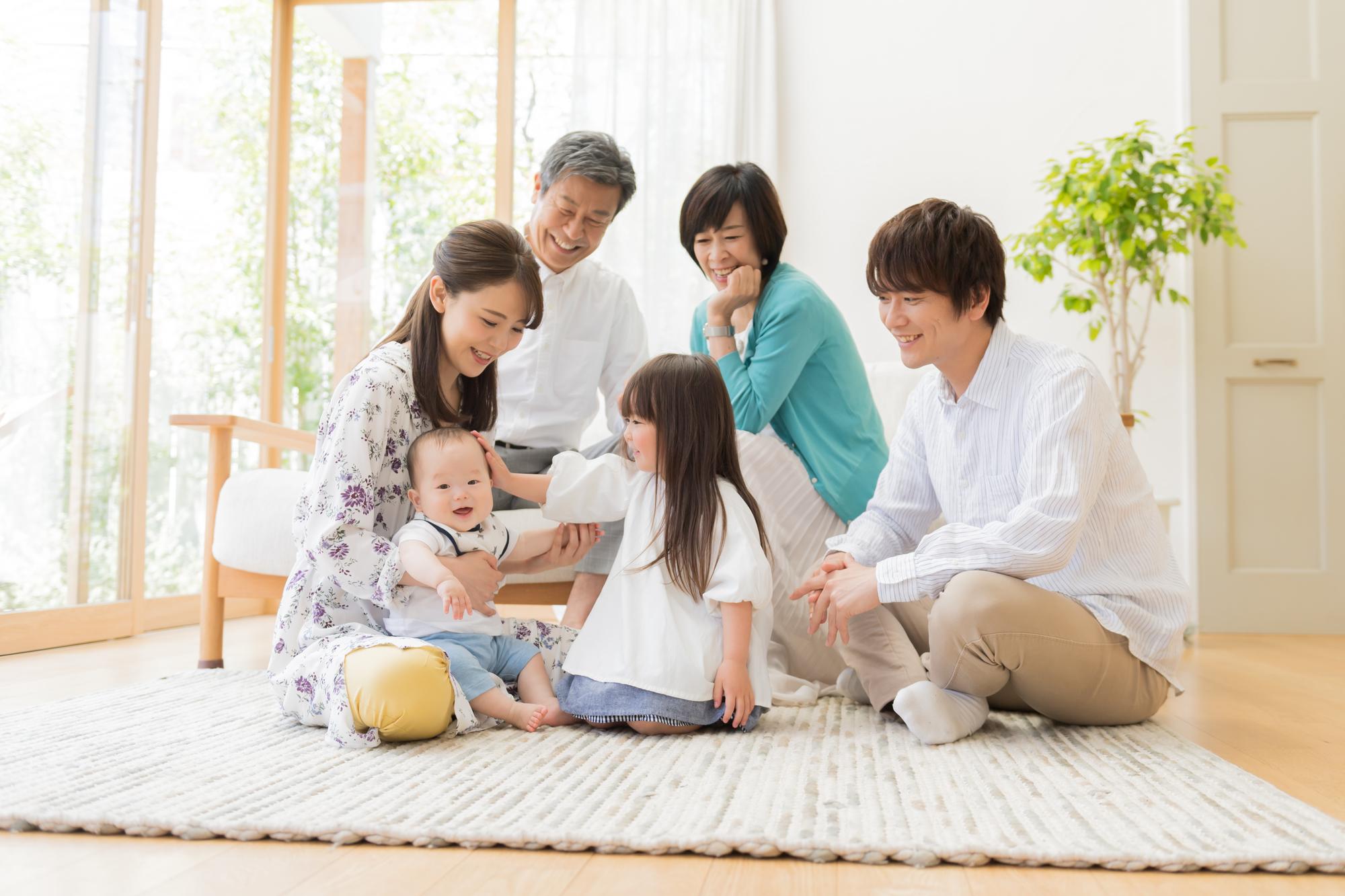 赤ちゃんを囲んで家族団らん