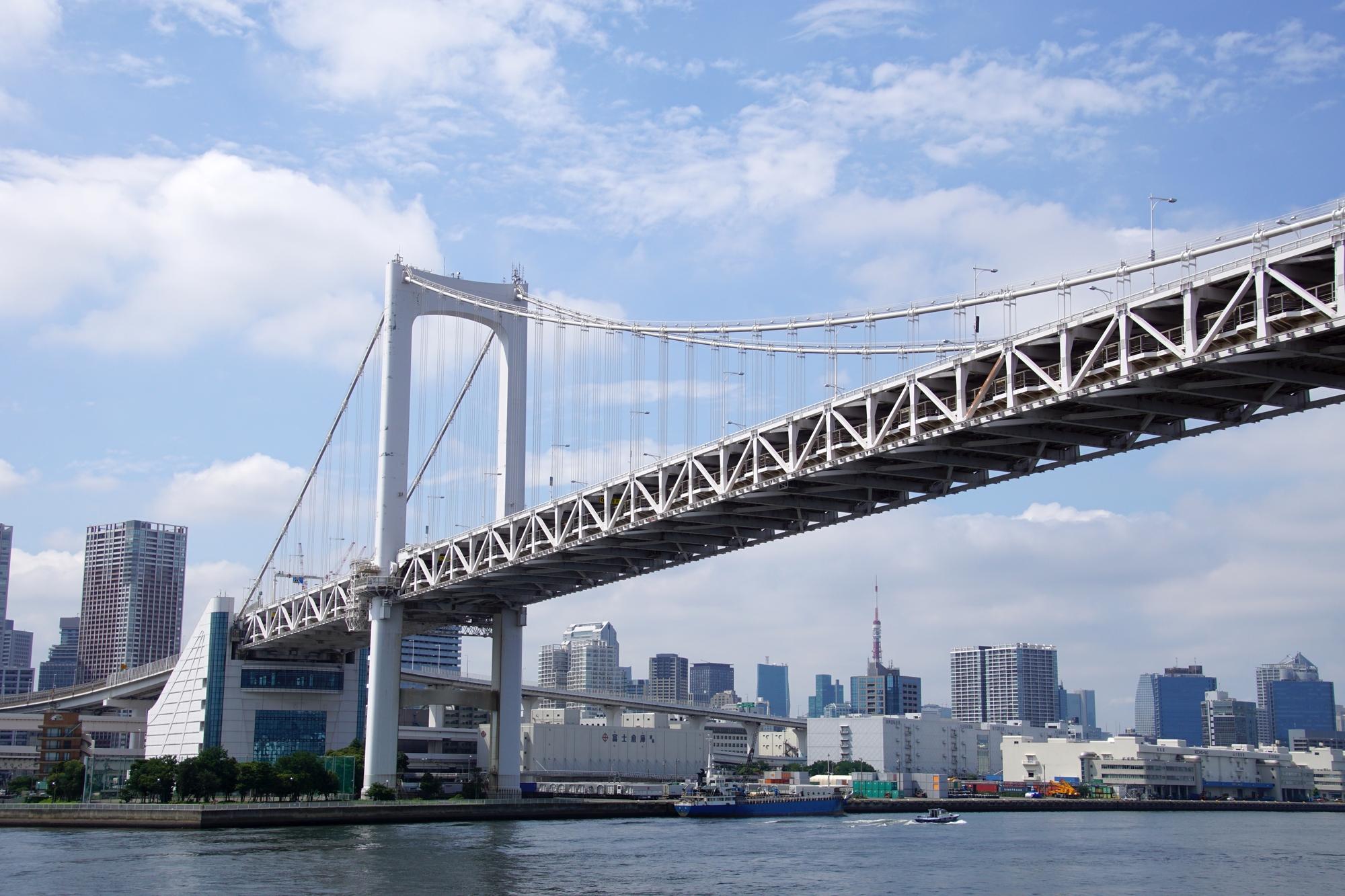 東京湾から見るレインボーブリッジや都会の街並み
