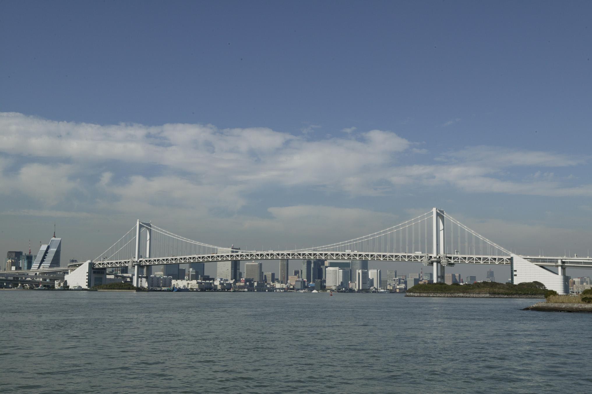 晴れた日の東京湾から見た街並み