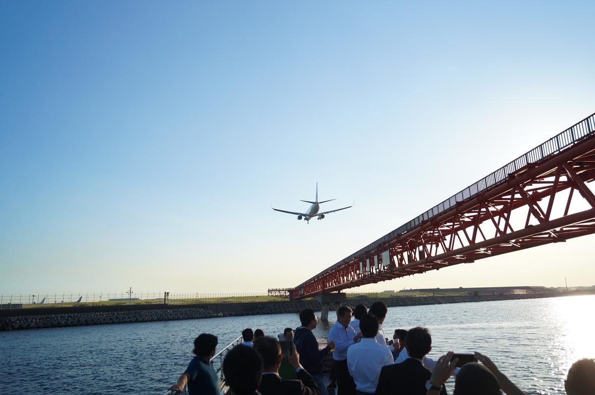 船から着陸態勢の飛行機を真近で見る