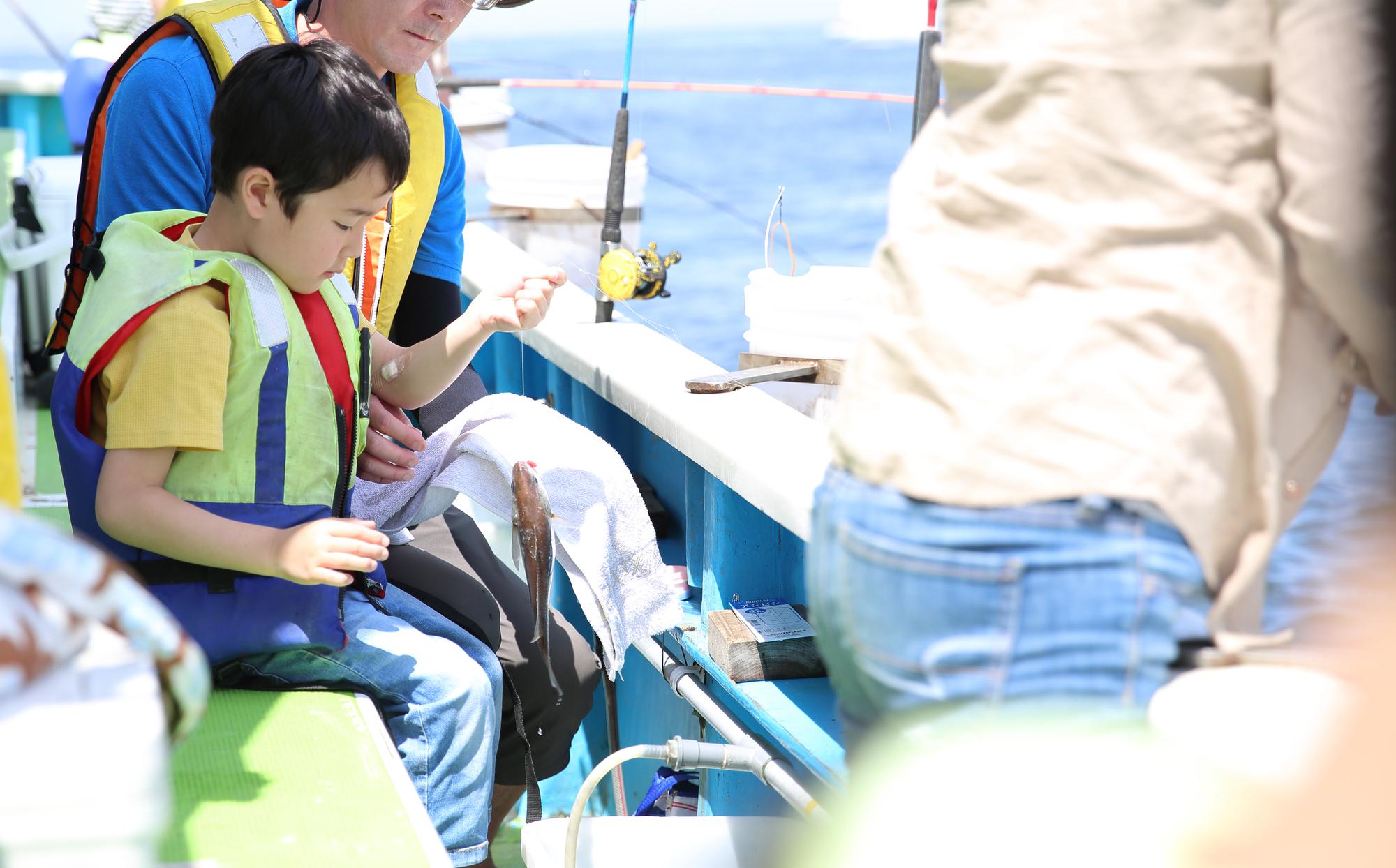 船で釣りをする親子