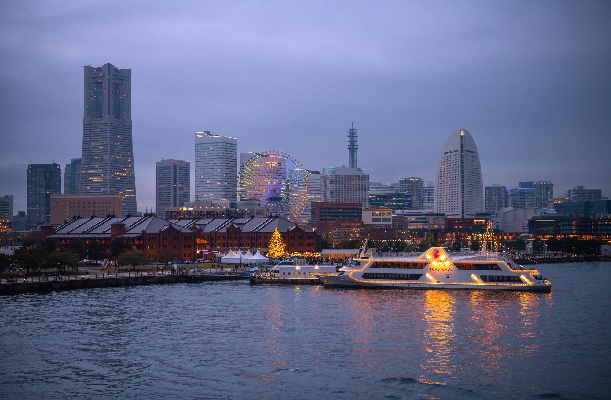 横浜港に浮かぶライトアップされたクルーザー