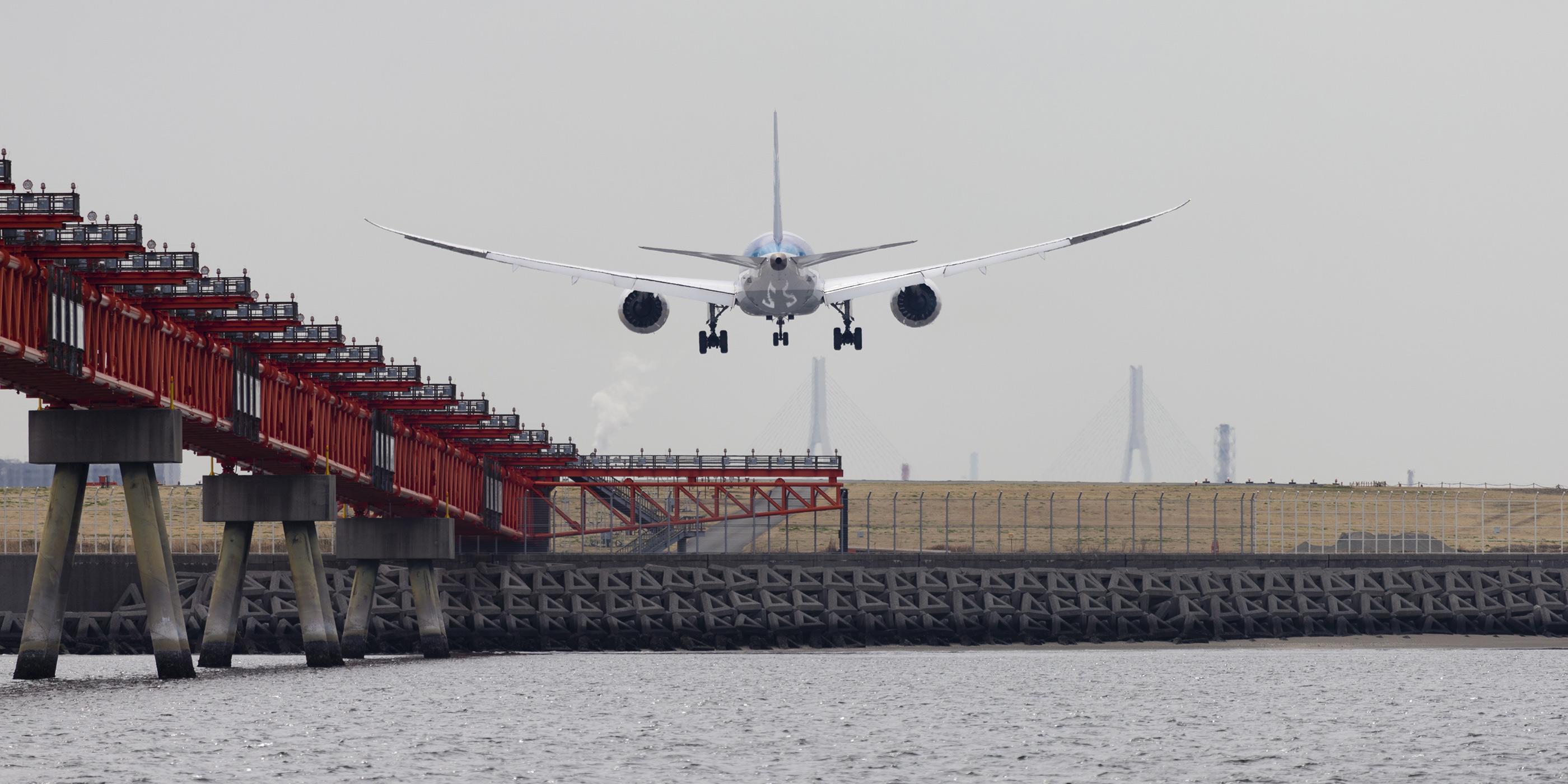 船から見た着陸態勢の飛行機