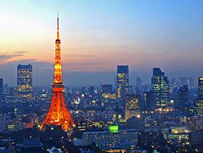 東京ビル群に囲まれた東京タワーの夜景