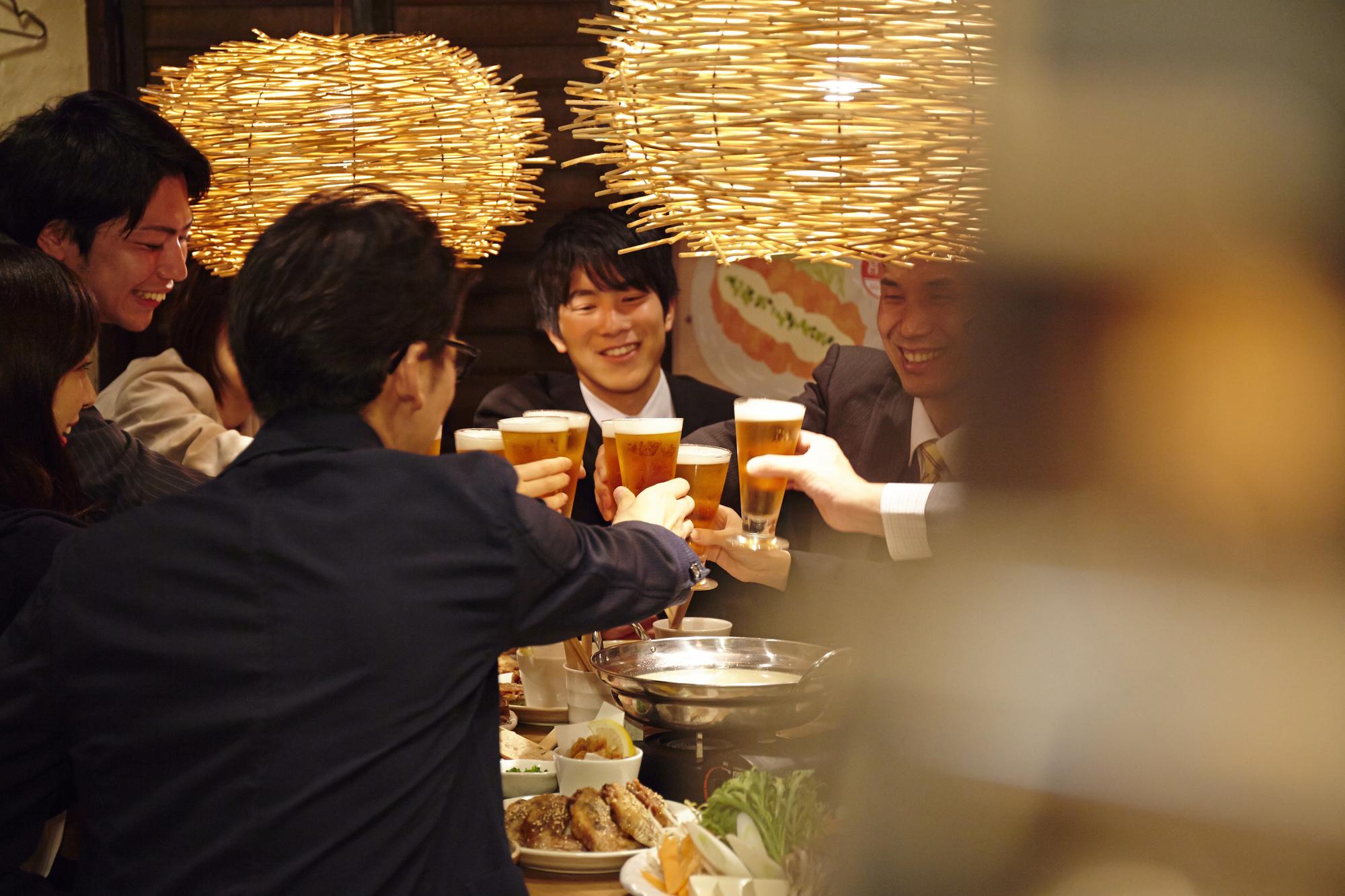 社会人で集まる新年会の乾杯シーン