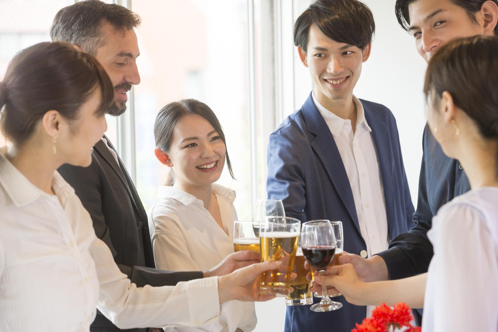 会社のメンバーで乾杯するシーン