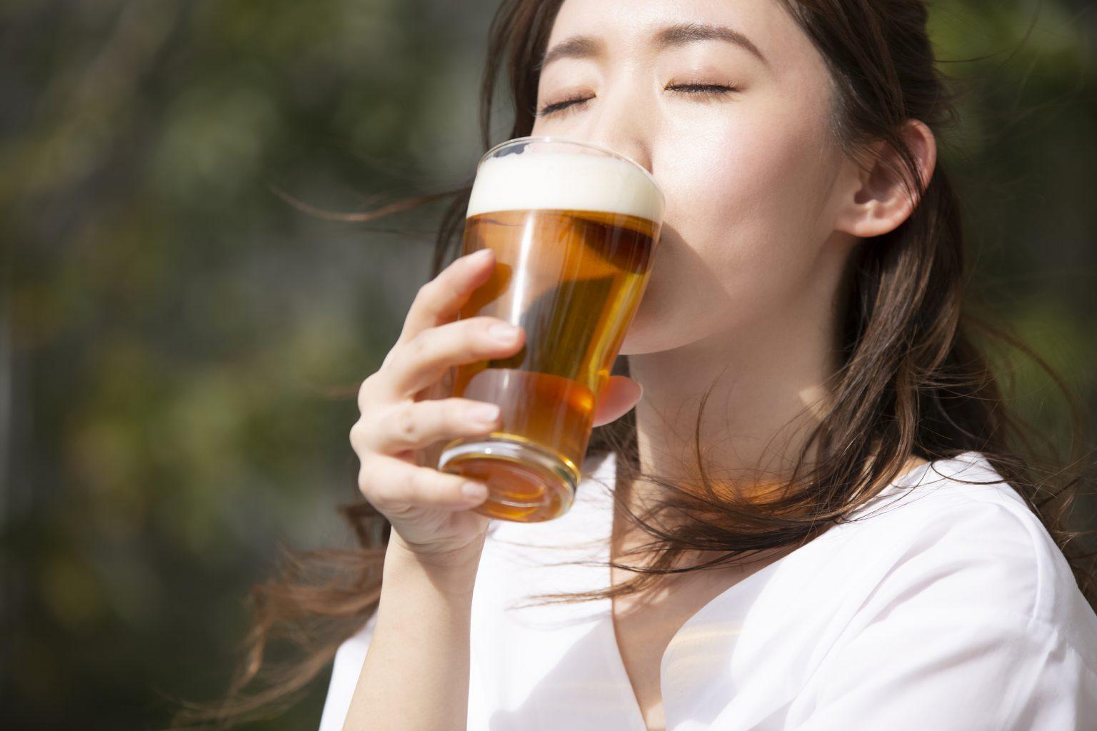 女性がビールを飲むシーン
