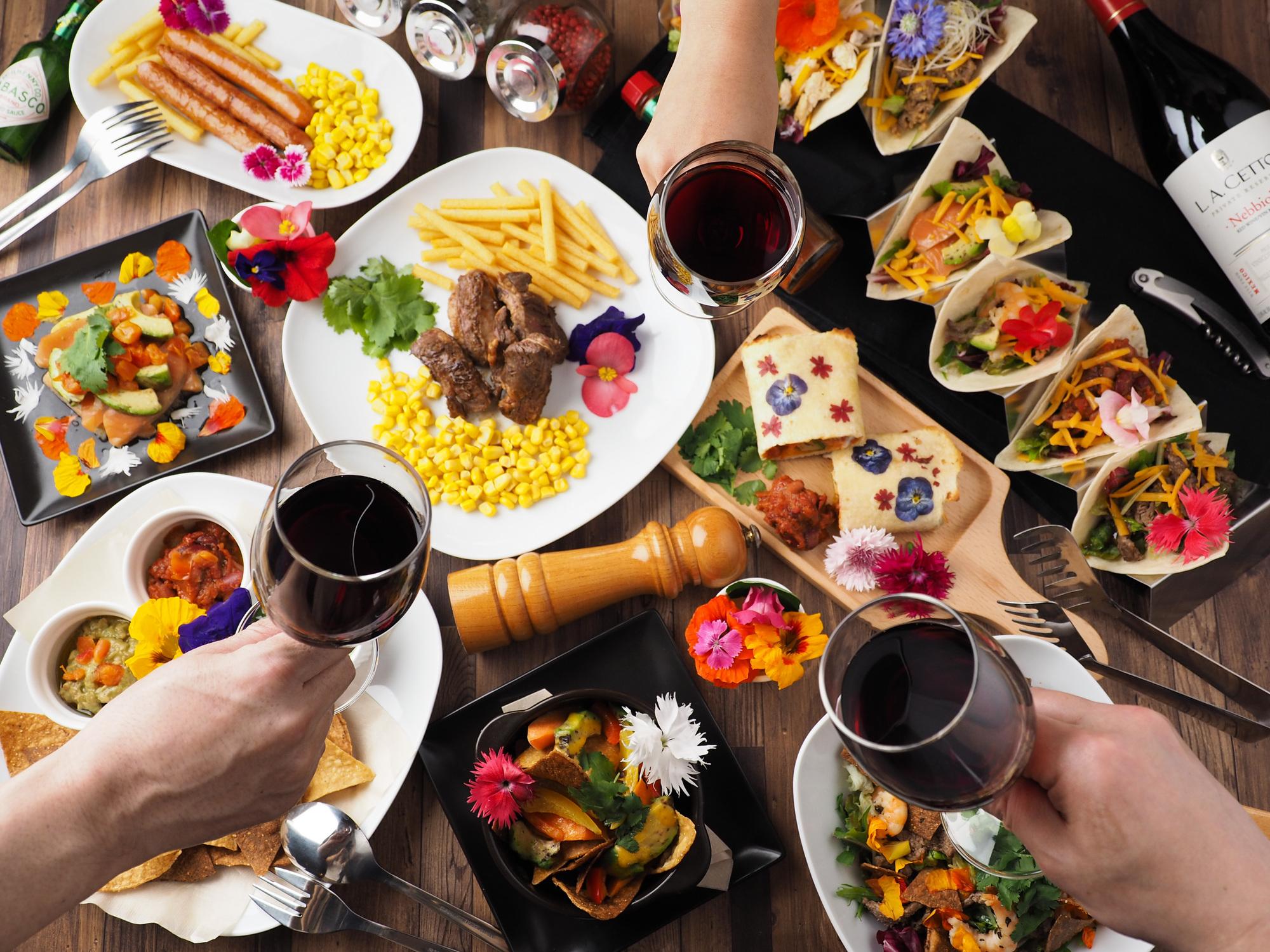 色とりどりの料理をワイン