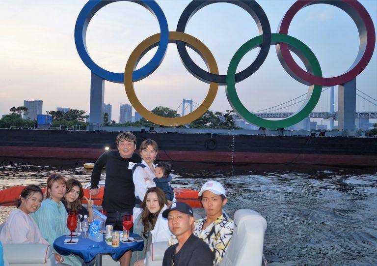 オリンピックエンブレムの前で集合写真