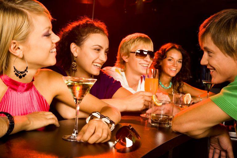 パーティーを楽しむ若者の写真